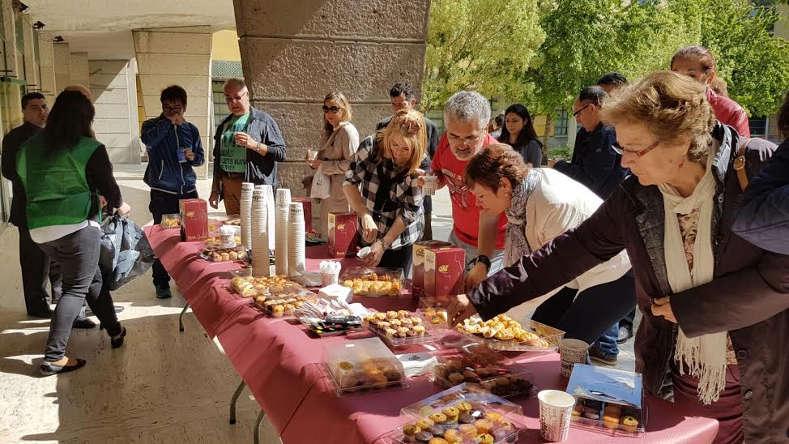 Un café calentito y unos pasteles para repostar entre ponencia y ponencia... (foto: Laura Catalán).